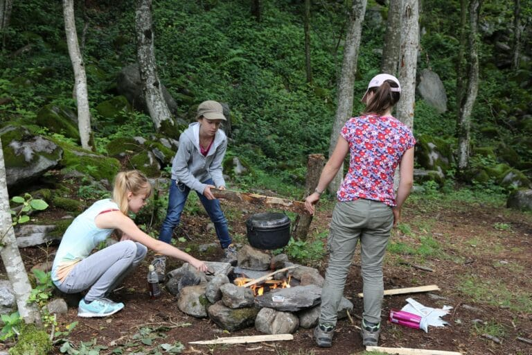Kochen in einem Jugendcamp. Gemeinsam wachsen und zusammen arbeiten.