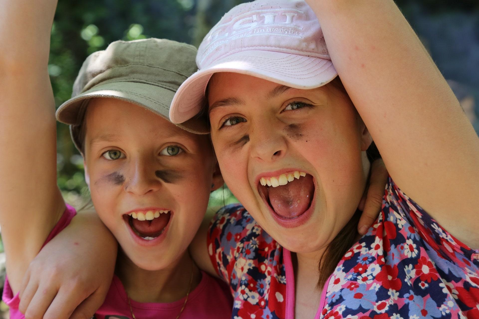Lachende Kinder sind in einem Ferienlager keine Seltenheit. Spass, Naturerlebnisse und bleibende Erfahrungen.