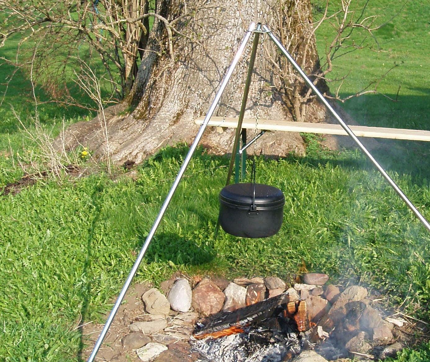 Auf dem Dreibein über dem Feuern kochen