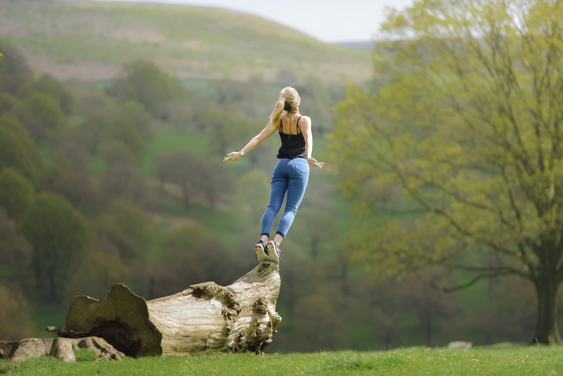 Frau am Meditieren in der Natur. Ein Kurs zeigt dir die verschiedenen Möglichkeiten auf.