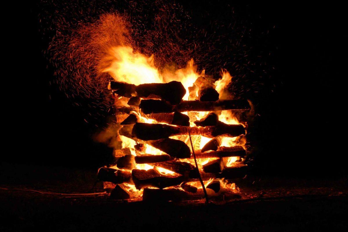 Drei Ster Holz um die idealen Voraussetzungen zu schaffen für dein Feuerlauf