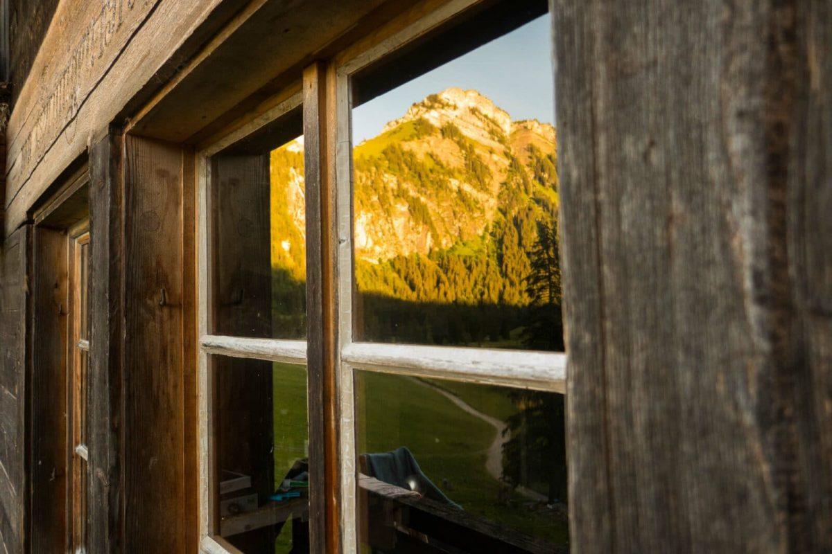 Die Berge im Spiegelbild des Fensters eines Maienäss. Herrliche Momente die wir als Familie erleben dürfen.